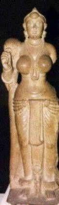 Якшиня из Дидарганджа При Маурьях создавались статуи, поражающие монументальностью образа, законченностью и совершенством форм. Такова скульптура якшини из Дидарганджа. Богиня в образе молодой женщины стоит держа в руках опахало. У нее пышные, тяжелые формы — широкие бедра, чуть выступающий живот, пышная грудь. Превосходная полировка придает статуе завершенность, а крупные формы якшини удивительно сочетаются с мельчайшими деталями ее одежды и украшений.