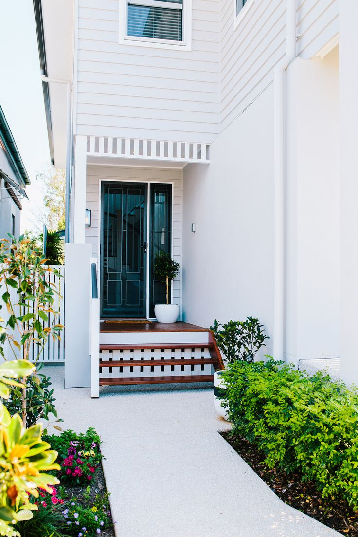 Side entrance from classic-style new build in Brisbane. Photography: Josette Van Zutphen | Story: homes+