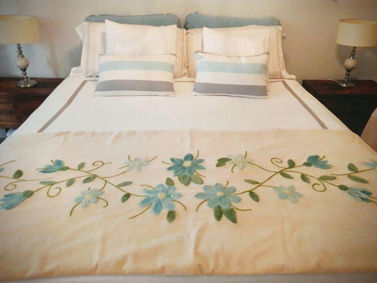 Pie de cama en pana de algodón, trabajado con vellon punzado en tonos celestes y turquesas, una belleza. Amo mis trabajo!