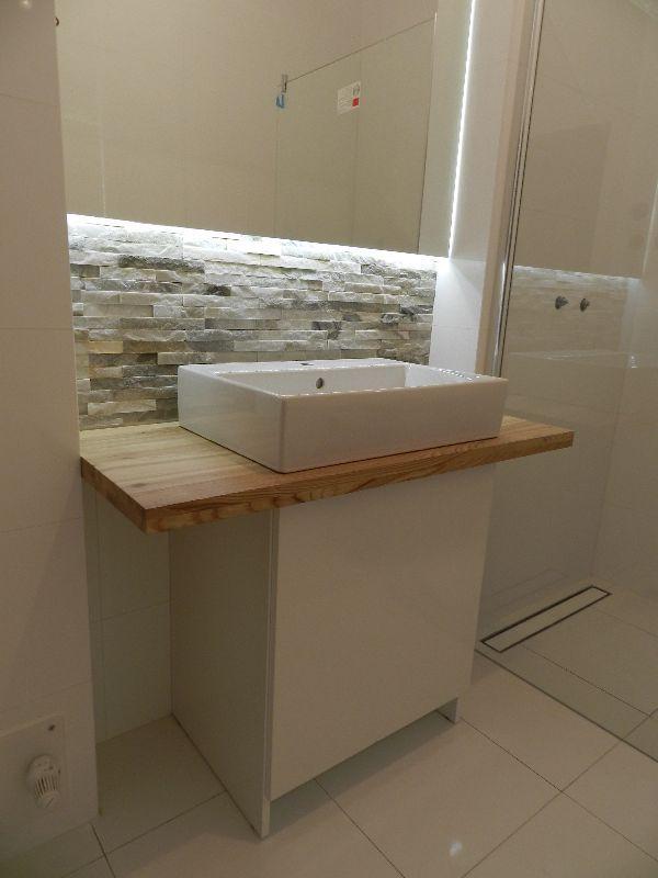 Połączenie lakierowanej białej szafki i blatu z naturalnego jesionu | AMdeco