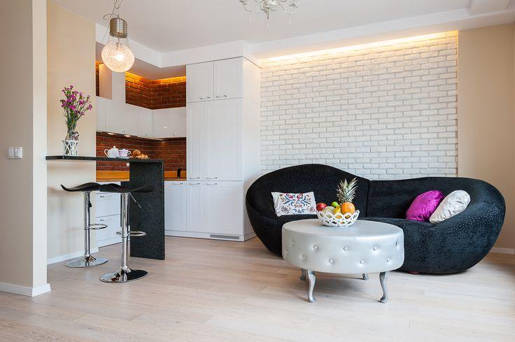Nowoczesne, umeblowane, dwupokojowe mieszkanie zlokalizowane na prestiżowym osiedlu Dom w Dolinie Trzech Stawów w centrum Katowic. Subtelna kolorystyka całego wnętrza została w niebanalny sposób przełamana wyjątkowym jasnym drewnem oraz loftowym akcentem w postaci ścian z cegieł. Wyjątkowy charakter całości podkreślają drewniane, panoramiczne okna, które dają wrażenie otwartej przestrzeni.