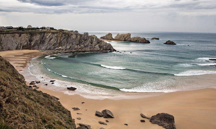 Playa de Covachos (Cantabria) Muy próxima a Santander, la Playa de Covachos es una de las bellas de Cantabria. Una media luna con un arroyo precipitándose en cascada desde el acantilado que lo rodea y con una isla a la que se puede acceder cuando la mar está baja.