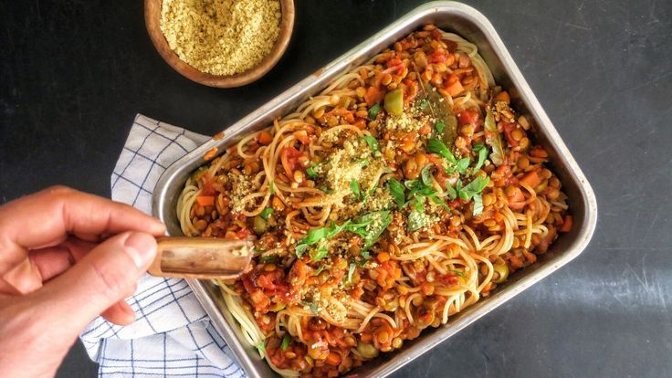Vegansk variant av spagetti bolognese lages med grønne linser. Richard Nystad serverer den med vegansk parmesan og frisk basilikum.
