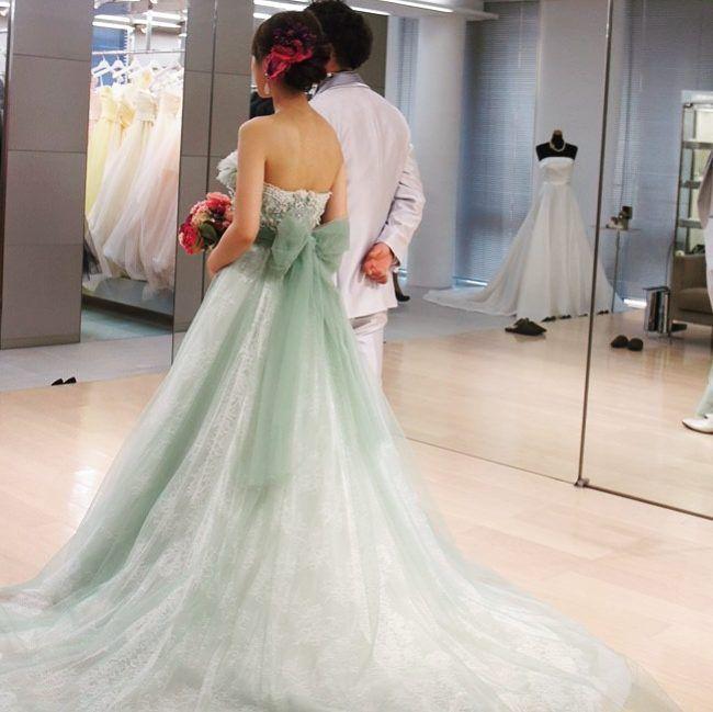 グリーンドレスの バックスタイル 後ろのリボンがむちゃ可愛い! ドレス試着