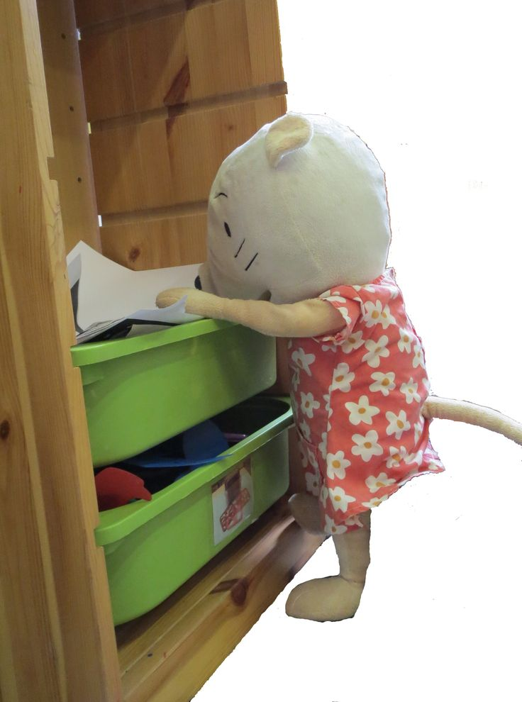 Nellie: knutselpapier netjes in bak leggen.
