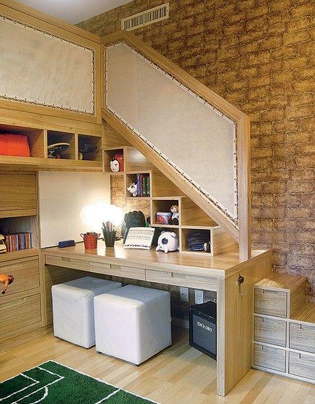 A solução para este quarto de irmãos foi suspender uma das camas, com projeto da designer de interiores Paola Ribeiro. Posicionada debaixo da escada, cujos interiores dos degraus são nichos para objetos, a escrivaninha é compartilhada pelos meninos