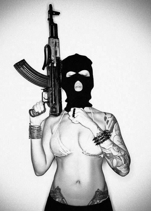 девушка,автомат,песочница,татуировки,маска,АК,девушка с оружием,акс