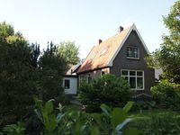 Fraaie, karakteristieke vrijstaande woning met aangebouwde stenen berging, welke gelegen is op een perceel met een oppervlakte van circa 1.380 m2 eigen grond. De achtertuin biedt veel privacy, is gelegen op het zuiden en geeft een fraai uitzicht over de landerijen.  Herenweg 6 Oosterzee