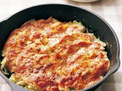 脇 雅世さんの豚バラ肉を使った「豚バラ肉のピザソース焼き」のレシピページです。安い!早い!夏のお助けレシピ。カリッとした豚肉にしっとりした野菜の組み合わせは、ご飯にもパンにもぴったり。子どもも喜ぶ味つけです。 材料: 豚バラ肉、キャベツ、たまねぎ、ピザソース、粉チーズ、塩、こしょう、かたくり粉