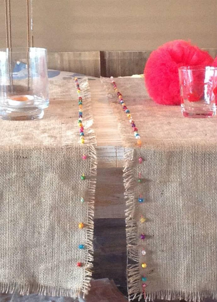 Caminos de mesa rústicos. Hechos en arpillera. Detalle bordado de mostacillas y canutillos. Desde $400 (el par).-