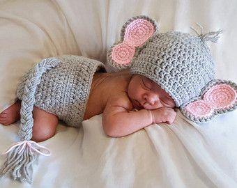 Dieses unglaublich süße Halloween-Set eignet sich für jedes Baby Halloween-Foto-Session. Der Hut kann während der Ferienzeit verwendet werden und ist maschinenwaschbar!    Maße:   Neugeborenen Umfang: 12-13,5(30.48-34,29 cm) Höhe: 5(12,7 cm)   0-3 Monate Umfang: 13-14(33.02 - 35.56 cm) Höhe: 5,5 cm (13.97)   3-6 Monate Umfang: 15-17(38,1 - 43,18 cm) Höhe: 6(15.24 cm)   6-9 Monate Umfang: 17-18(43,18 - 45,72 cm) Höhe: 7(17.78 cm)   Bitte messen Sie vor der Bestellung, wenn möglich, dies sind…