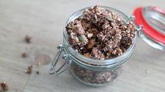 Met dit recept kun je zelf grote brokken crunchy vegan granola maken! Deze gezonde cruesli bevat geen olie of kokosolie, en is zonder geraffineerde suiker.
