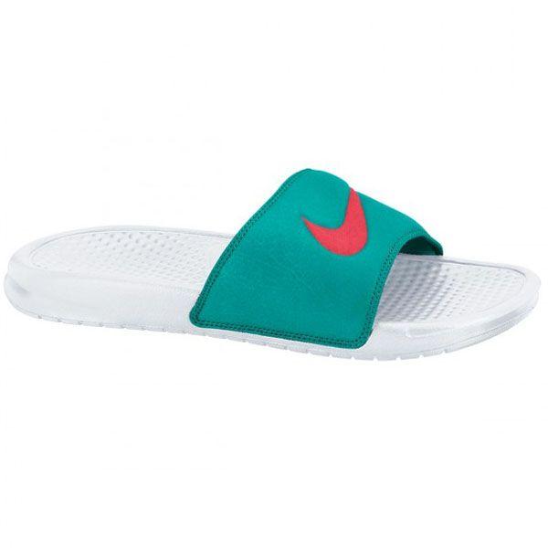 Sendal Nike Benassi Swoosh 312432-162 hadir dalam perpaduan warna, yaitu warna putih dan hijau yang begitu terlihat elegan, dipadukan dengan lambang Nike yang semakin membuat Anda percaya diri pada bagian atas sendal. Sendal dengan harga Rp 259.000.