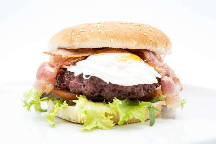 Hamburguesa Inglesa 9,95 € Artesanal con 200g. de ternera. Bacón, cebolla, lechuga, tomate, queso, huevo frito y salsa secreta. Artisan with 200g. beef. Bacon, onion, lettuce, tomato, cheese, fried egg and secret sauce.