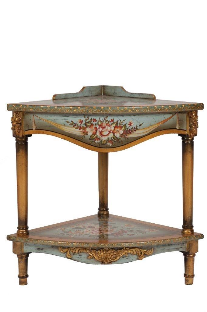 Эта угловая консоль отлично подойдет для аристократического дома или для спальни юной принцессы. Консоль имеет необычную форму, при этом она идеально подходит для того, чтобы установить ее в углу. Консоль сделана из дерева нежно-голубого цвета в состаренной технике. Ножки консоли выполнены в светло-коричневом цвете. На столешницах и по бокам присутствует затейливая роспись в цветочной тематике.             Материал: Дерево, МДФ.              Бренд: DG Home.              Стили: Прованс и…