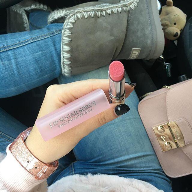Buongiorno!💗happy valentine's day💗adoro questo stick esfoliante😍non posso più farne a meno😍è super nutriente e contiene granelli di zucchero fondenti per labbra incredibilmente più morbide e naturalmente brillanti, come trasformate💗 #pink&grey #dior #lipsugarscrub