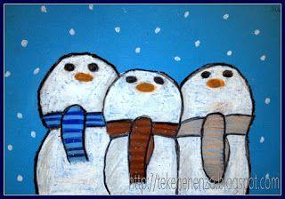 Benodigdheden: blauw papier op A4 formaat oliepastelkrijtjes Teken op blauw papier drie sneeuwmannen die dicht bij elkaar staan. Zorg voor overlap. Geef elke sneeuwman een hippe gekleurde das. Kleur in met oliepastel. Breng schaduwen aan met lichtgrijze oliepastel. Omlijn sjaals en sneeuwmannen met zwart.