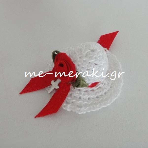 Μαρτυρικά βάπτισης, χειροποίητο πλεκτό καπελάκι με μεταλλικό σταυρουδάκι και σατέν λουλουδάκι. Μ053-Γ www.me-meraki.gr