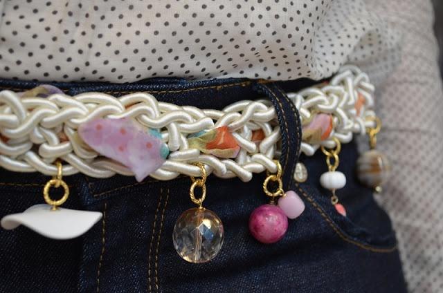 La stanza degli armadi: Come cambiare un outfit senza cambiarsi [Atelier Altrecose di Lu] Cintura in corda con charms via @Clarissa Vintage