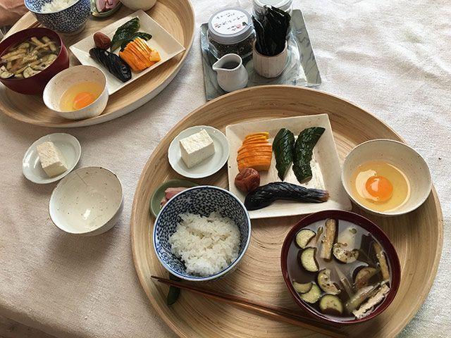 朝ごはん:生卵、ぬか漬け(コリンキー、ナス、キュウリ)、梅干し、豆腐、あいがもスモーク、塩昆布、ふりかけ、ナスと茗荷と油揚げの味噌汁。
