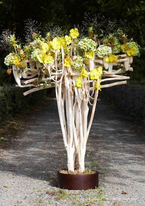 Composition florale par Gilles Pothier, avec loofas, hortensias, vandas, traîne de rosiers... Extrait du Carnet d'Idées #interflora 2013
