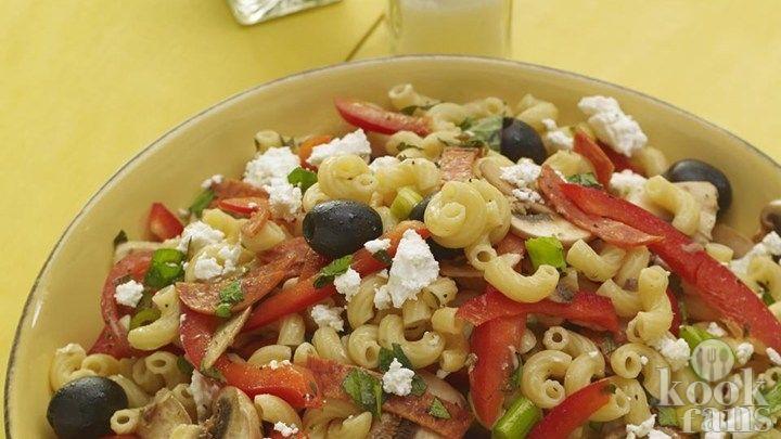 Deze heerlijke Griekse pasta-salade heb je klaar in 15 minuten! Smaakvol en erg makkelijk!