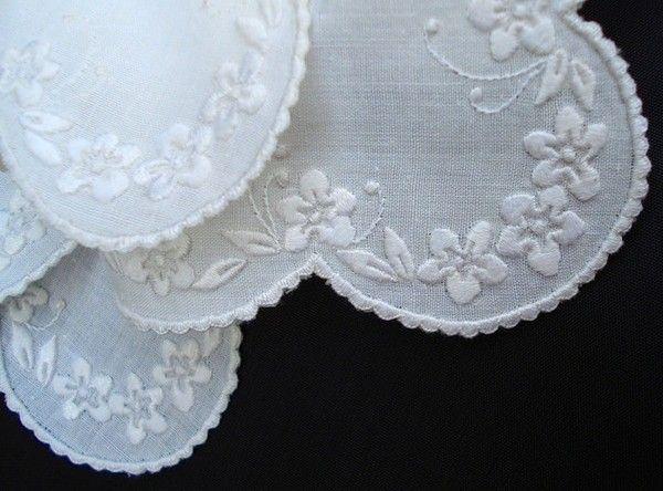 Обычно романтические особы предпочитают иметь при себе белый платок с вышивкой. Практичные дамы носят платок цветной в тон сумочки или одежды. Невесты вытирают слезы радости белым платком с кружевом. Мужчины выбирают платок в тон рубашки, джемпера или кашне.