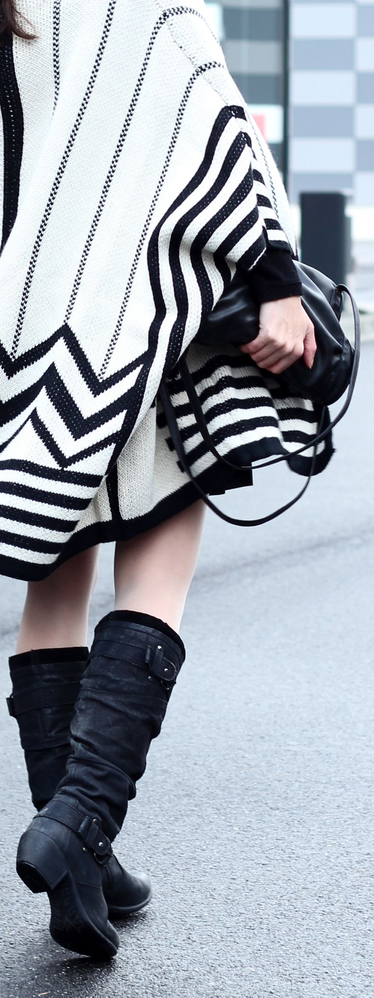 Herbst/Winter-Outfit mit Cape / Poncho mit Chevron-Muster, Leder-Kleid, Stiefel | Filizity.com | Fashion-Blog aus dem Rheinland #poncho #cape #herbst #winter #outfit
