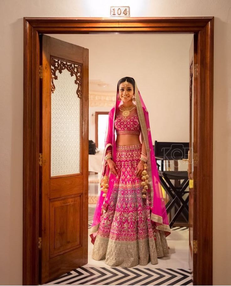We love the look of this pink bridal outfit, the color gives it a unique look away from the traditional red bridal outfits! A modern trend.