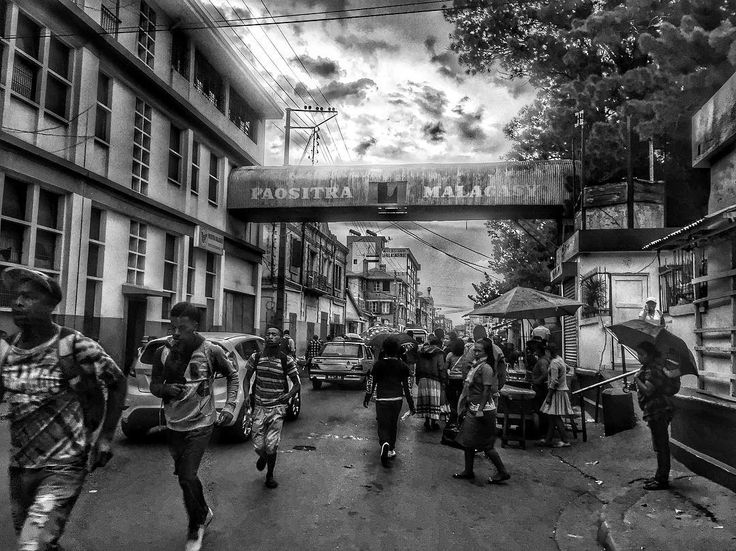 Courir pour éviter la pluie  Paositra Malagasy Tananarive Madagascar  #street #streetphotography #streetlife #tananarive #madagascar #igersmadagascar #igworldclub #ig_photooftheday #instagood #photooftheday #beautiful #instadaily #art #amazing #bestoftheday #travel #instago #all_shots #trip #travelgram #instatravel #traveling #travelling #tourism #blackandwhitephotography #instablackandwhite #bnw #blackandwhite #antananarivo
