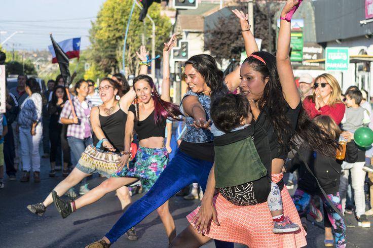 """https://flic.kr/p/U1DATU   VillaAlemana032   Serie II """"No a la Termoeléctrica Los Rulos"""", Sábado 01/04/2017, Imagen 17/20- Jóvenes danzantes manifestándose entre la multitud, Villa Alemana, Valparaíso, Chile. D5300."""