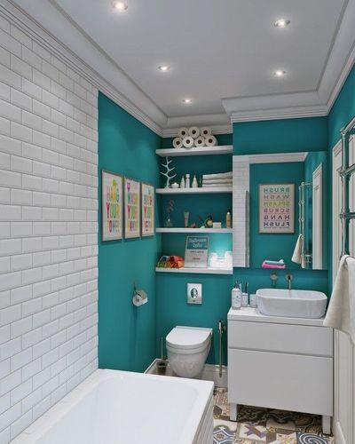 Dans cette salle de bains à l'espace réduit, l'impression de grandeur a été donnée grâce à un jeu de lumière et de couleur.