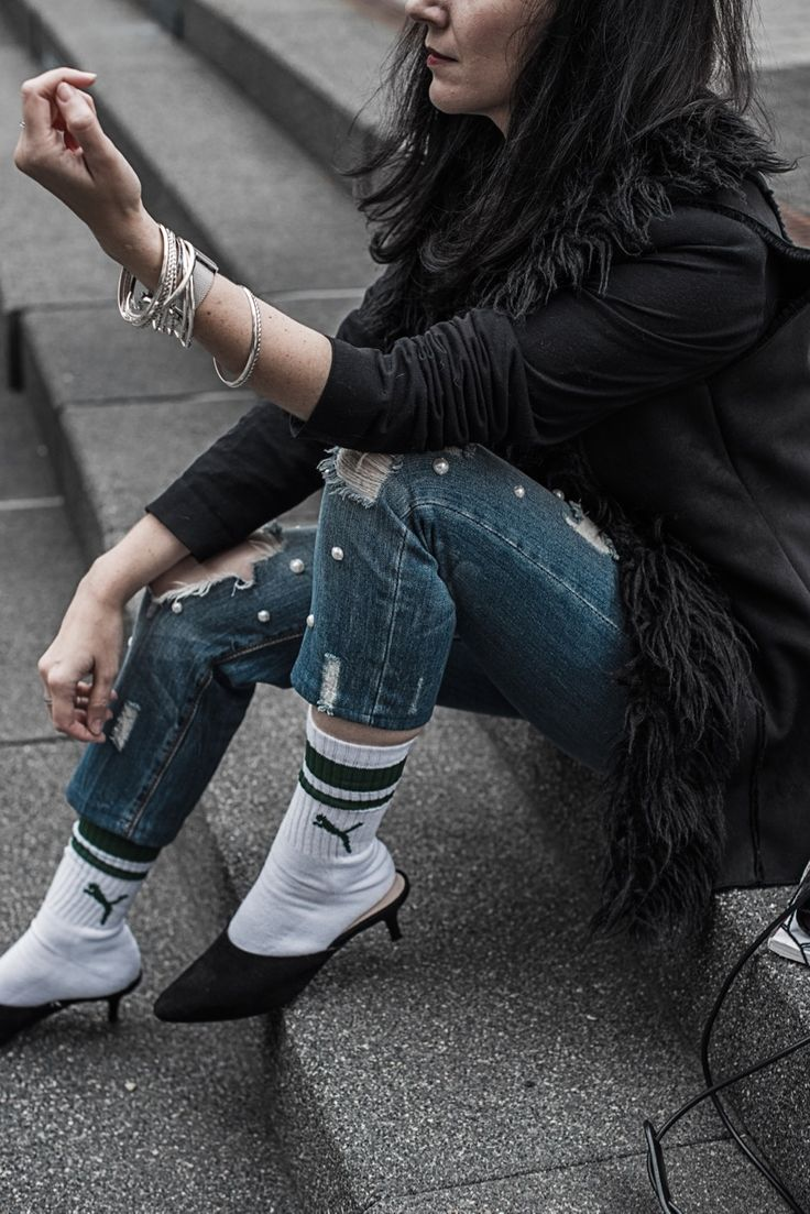 Outfit mit Tennissocken, Ringelsocken, Statement Socken, Perlenjeans, Fake Fur Weste und Nike Printshirt | Wei Trends entstehen - Trendentstehung | Trends 2017 | OOTD, Fashion, Styling | Julies Dresscode Fashion Blog | https://juliesdresscode.de