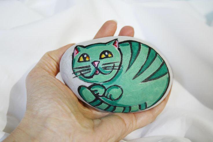 Gatto verde dipinto su sasso marmo di Carrara gatti fumetto collezione fermacarte soprammobile regalo amanti animali gatto colorato bello di soniacrea su Etsy https://www.etsy.com/it/listing/507450690/gatto-verde-dipinto-su-sasso-marmo-di
