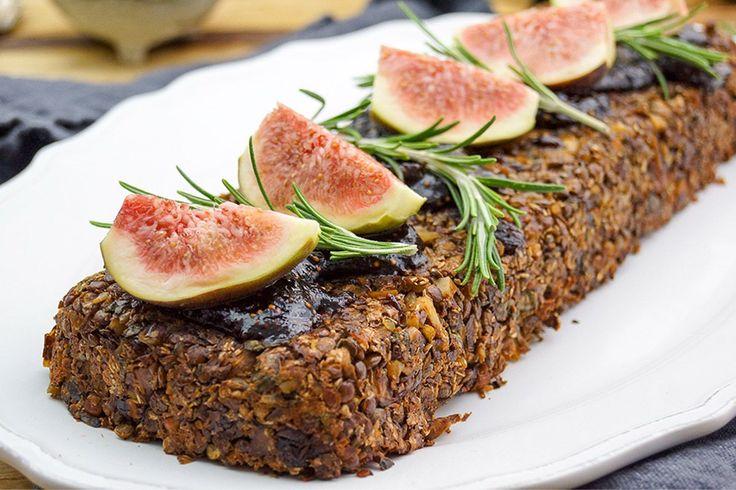 """Veganer Nussbraten mit Linsen, Pilzen und Feigen-Balsamico-Soße Rezept. Kennt Ihr veganer Nussbraten schon? Das ist eine leckere und gesunde Alternative zu Schmorbraten. Ok, vielleicht hört sich der Titel """"Nussbraten"""" nicht gerade sexy an, aber Ihr müsst ih…"""