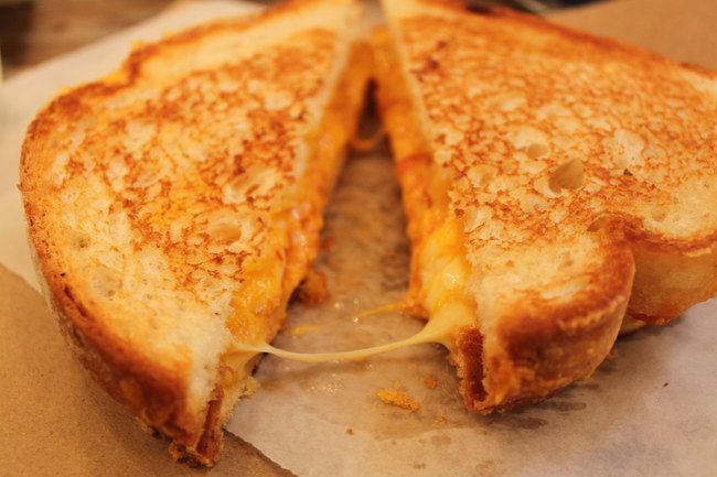 """Grilled Cheese Vi ricordate la scena de """"Il Diavolo veste Prada"""", quando il fidanzato amorevole di Andrea (Anne Hathaway), le prepara uno di questi sandwich dopo una giornata particolarmente stressante? Se amate il formaggio filante, questo panino fa proprio per voi."""