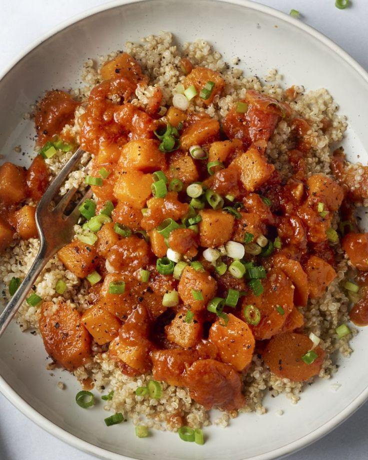 Een heerlijke veggie stoofpot met pompoen en worteltjes. Met de voedzame quinoa erbij heb je een 100% gezonde en 100% heerlijke maaltijd voor je!