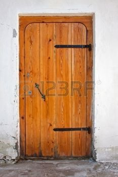 Старые деревянные двери в бетонной стене photo