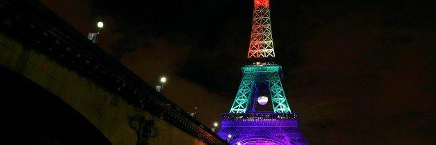 Torre Eiffel se ilumina con colores de la bandera gay
