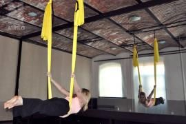 létající jóga... asi by mě ze začátku více zajímalo létající Pilates... hlava dolů mě moc nebere.. ;-) ale musí to být příjemný pocit..