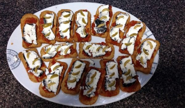 Botana de queso de cabra y tomate. Sencilla y deliciosa. Espero que les guste.