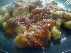 Ñoquis veganos de calabaza y sésamo con salsa de tomate a la pimienta