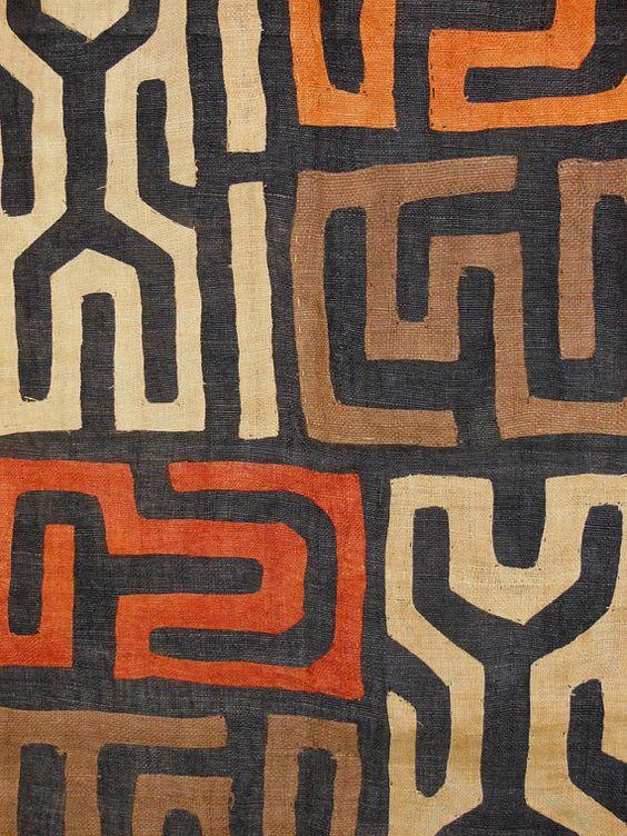 Куба. Эта ткань родом из Конго. Обычно это прямоугольное полотно из волокон пальмы рафия, украшенное геометрическими рисунками, которые нанесены натуральными красителями или украшены геометричной вышивкой. Ткань обычно ткут мужчины, а расписывают или расшивают женщины. Интересно в ткани то, что хотя рисунок имеет свой ритм, он часто обрывается в неожиданном месте. Это отнюдь не недоделка мастеров, это этническая особенность восприятия, примерно то же можно наблюдать и в музыке этого региона.