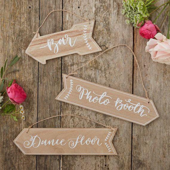Tre cartelli appesi di freccia di legno incantevole, perfetto per decorare qualsiasi festa o un matrimonio! Unisciti ai vostri ospiti presso lo stand di pista da ballo, bar e foto con questi segni unici.  Lannata ha designato il segno letture Bar, pista da ballo e Photo Booth. Un modo splendido per decorativo e diretto la famiglia e gli amici a vostra occasione speciale.  Iscriviti misure: Photo booth/Dancefloor: 31Cm (W) X 8Cm (H). Bar: 23Cm (L) X 10cm (H). Corda marrone è collegato por...