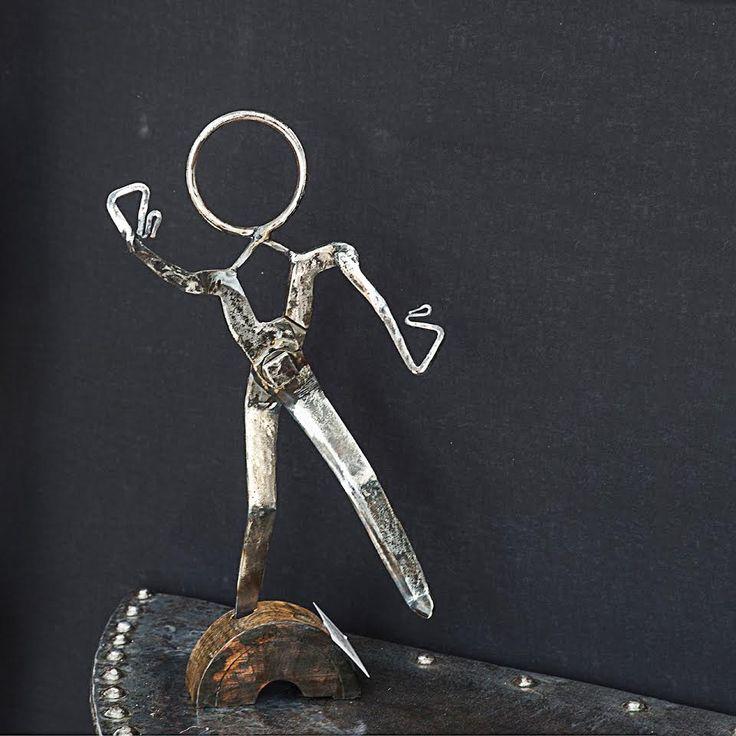Sculpture d'un danseur réalisée en métal forgé, soudé & vernis. Assemblage de vieux outils sur support de vielle poulie en bois vernis. Décoration industrielle 60*15*25cms