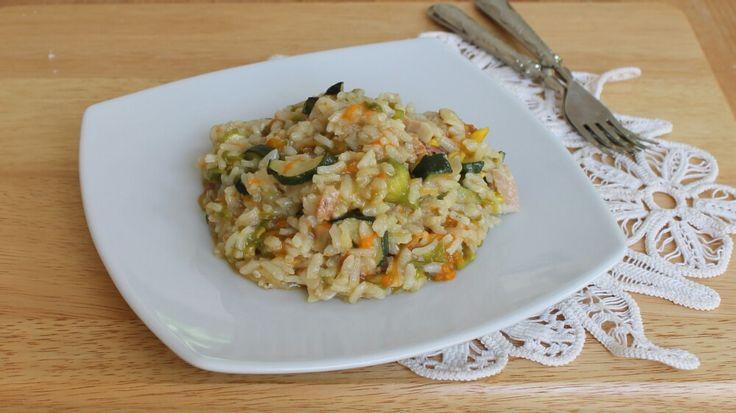 Il risotto zucchini e fiori di zucca è un primo piatto gustosissimo preparato senza burro e senza formaggi ma cremoso e gustoso nella sua semplicità.