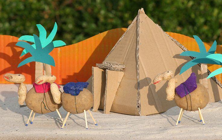 Aus Pappe, Kartoffeln und Erdnüssen können Sie mit Ihrem Kind eine Kamel-Karawane vor den Pyramiden in Ägypten basteln. Wir erklären Schritt für Schritt in unserer Bastelanleitung, wie die Kamele und Pyramiden entstehen.