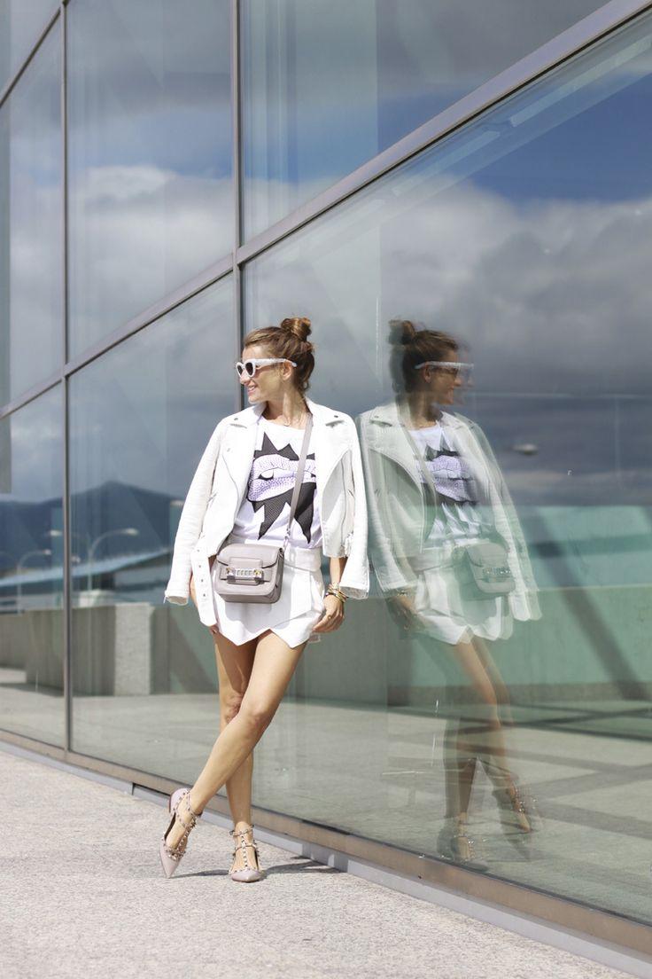 falda picos en blanco - camiseta estampada & cazadora en blanco