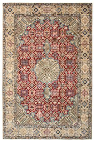 Disse tæpper bliver håndknyttet i atelierer i byen Nain i Midtiran, i nærheden af Isfahan. Tæpperne er som regel meget lyse med en flødehvid eller dybblå basisfarve og en stor medaljon i midten.