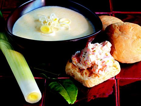 Potatis- och purjosoppa med limeblad | Recept.nu